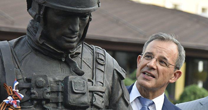 Thierry Mariani, el jefe de la delegación francesa a Crimea, cerca del monumento a los Hombres Corteses