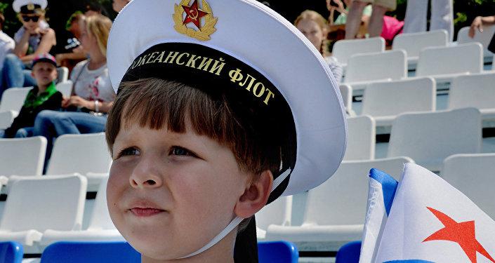 Un niño celebra el día de la Armada rusa.