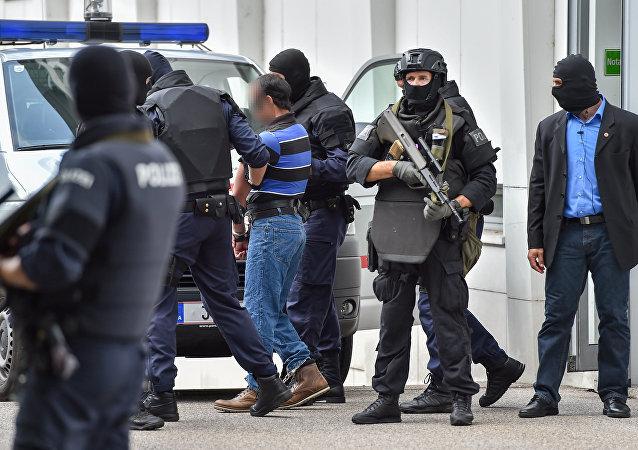 Los policías austriacos detienen a un sospechoso yihadista