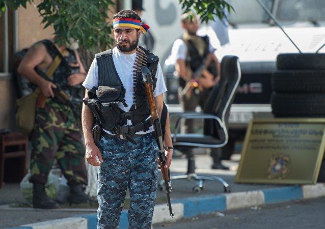 Los integrantes del grupo armado que ocupó el cuartel en Ereván