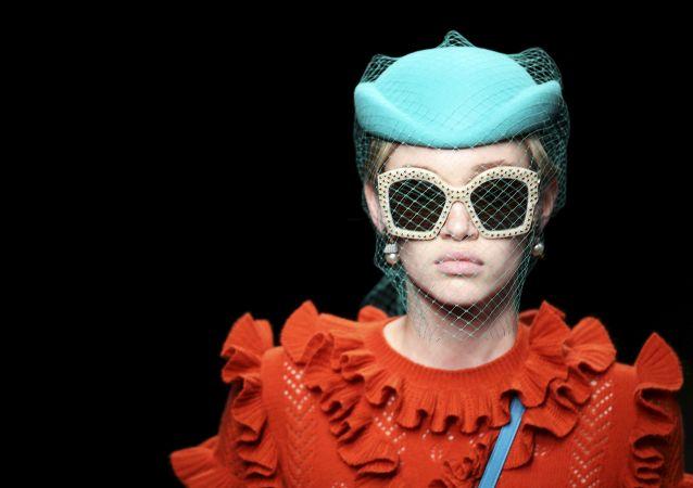Modelo en el desfilo Gucci en la Semana de Moda de Milán