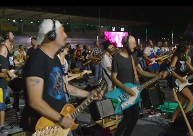 Mil músicos se reúnen en el concierto de la banda de rock más grande del mundo