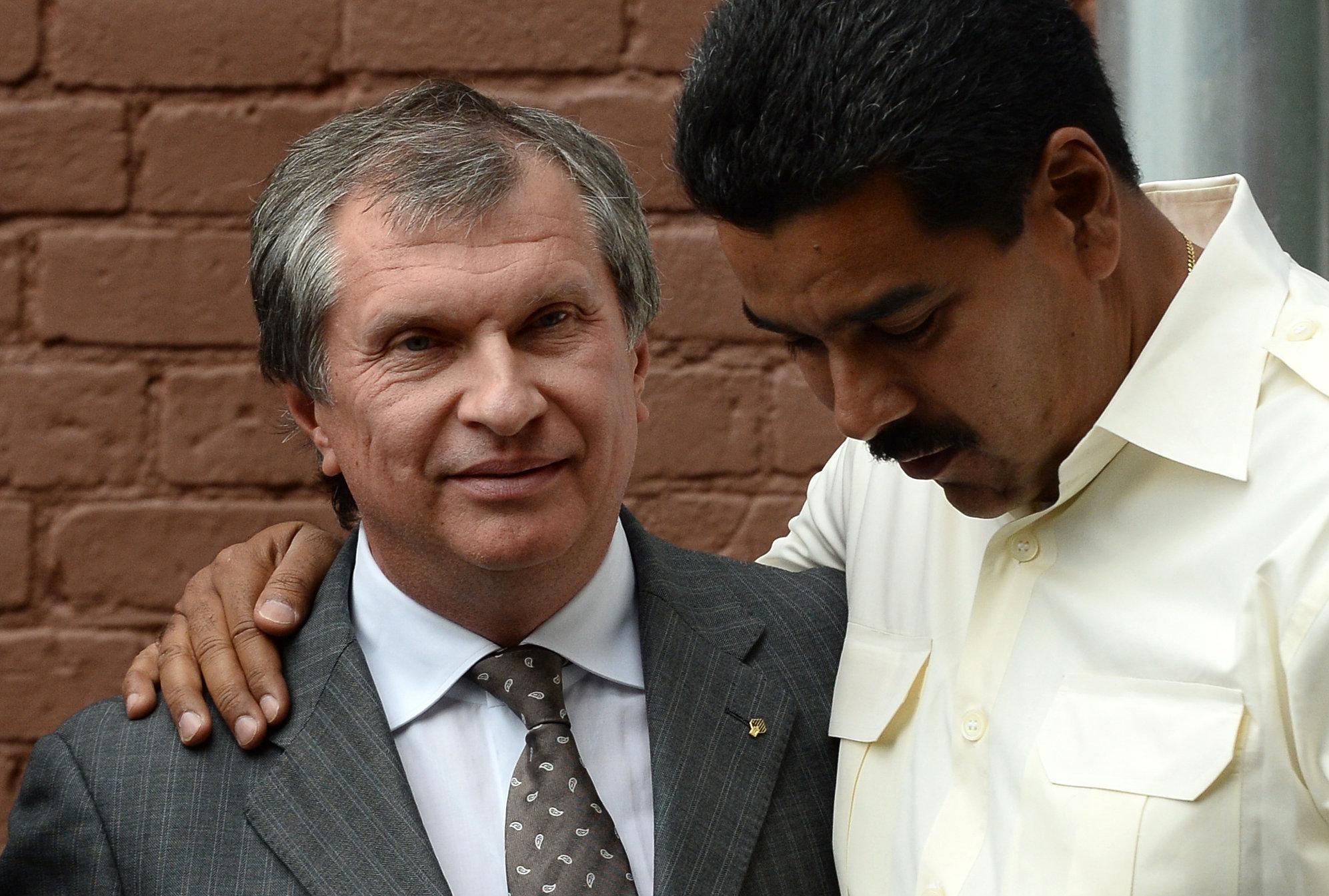 Nicolás Maduro, presidente de Venezuela, e Ígor Sechin, director de la empresa estatal de petróleo Rosneft