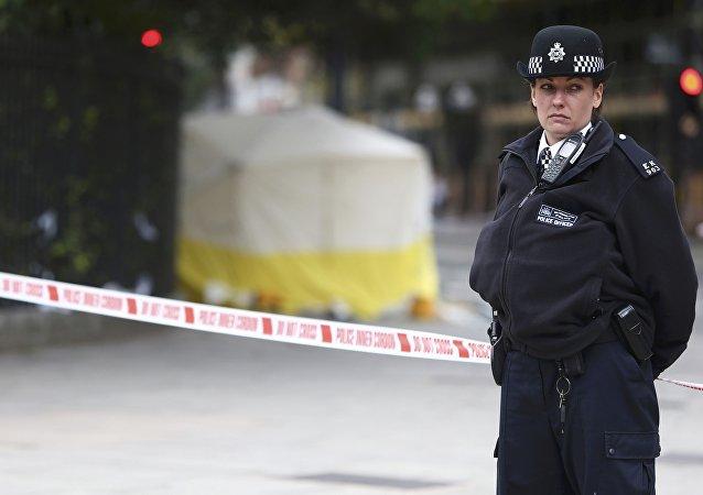 La policía en el lugar donde se produjo el ataque con cuchillo en Londres