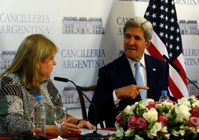John Kerry, el secretario de Estado de EEUU y Susana Malcorra, la canciller argentina