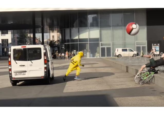 Blogueros de Suiza disfrazados de Pikachú capturan a los peatones al estilo del famoso videojuego Pokémon Go