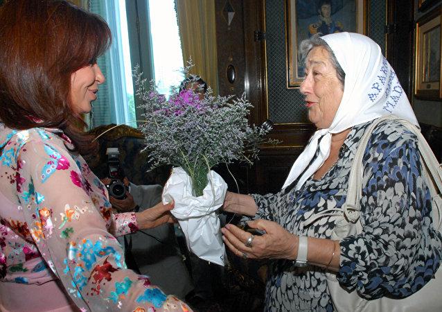Hebe de Bonafini en una reunión con la presidenta argentina Cristina Fernández de Kirchner