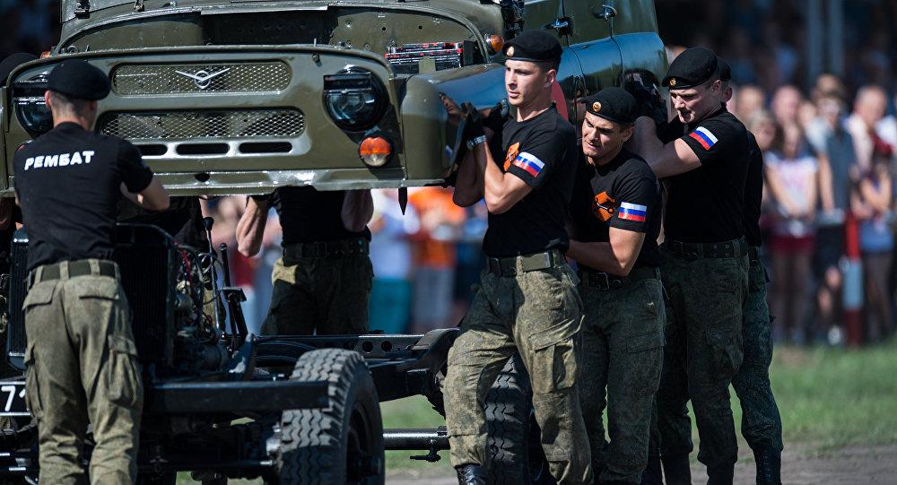 Estudiantes de la Universidad de Ingeniería de Tanques Automotrices de Omsk