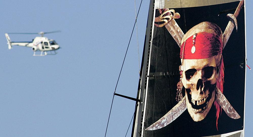 Un helicóptero vuela sobre el barco de la película Piratas del Caribe