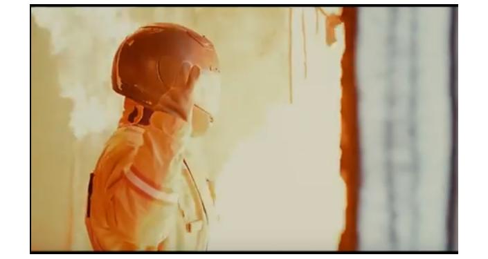 Un hombre en el nuevo uniforme para bomberos KZM-70