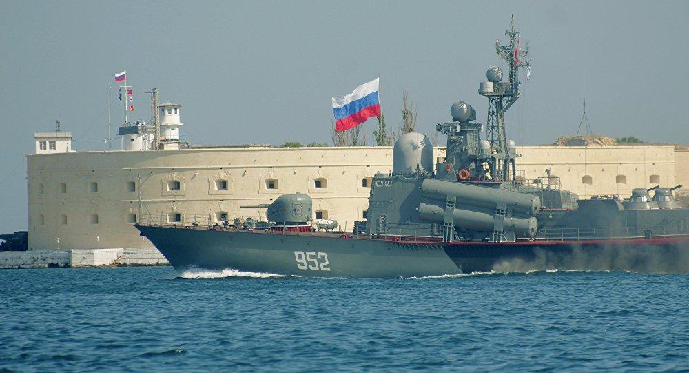 Un buque lanzamisiles clase Molniya de la Armada rusa