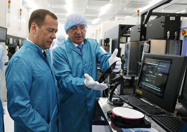 Primer Ministro de Rusia Dmitri Medvédev durante su visita a Angstrem-T