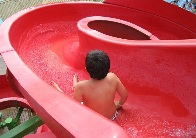 Un niño en un tobogán