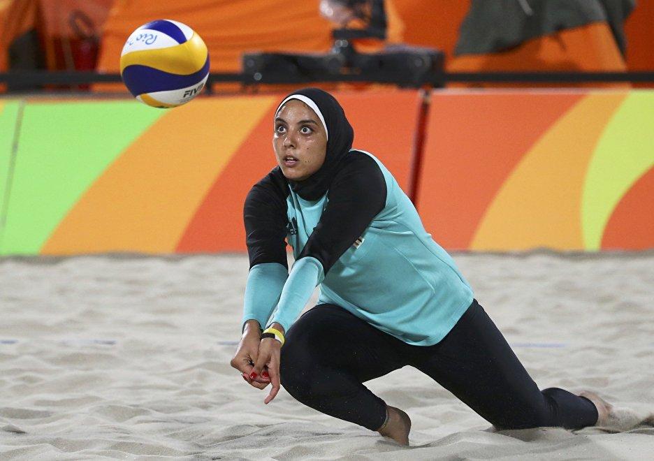 La voleibolista egipcia, Doaa Elghobashy, durante el partido contra Alemania en los JJOO de Río 2016.