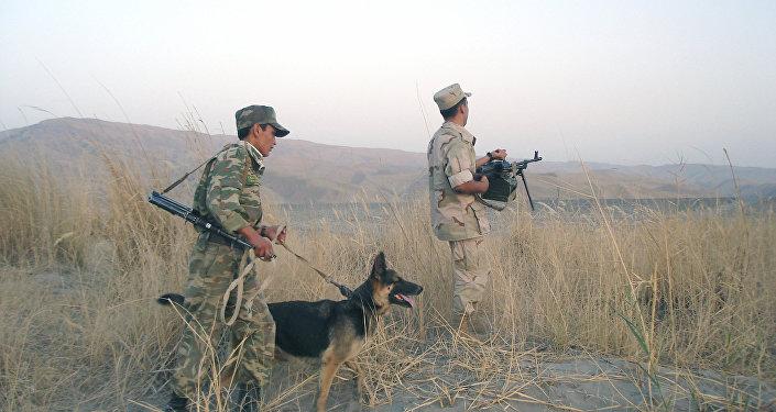Guardias fronterizos tayikos