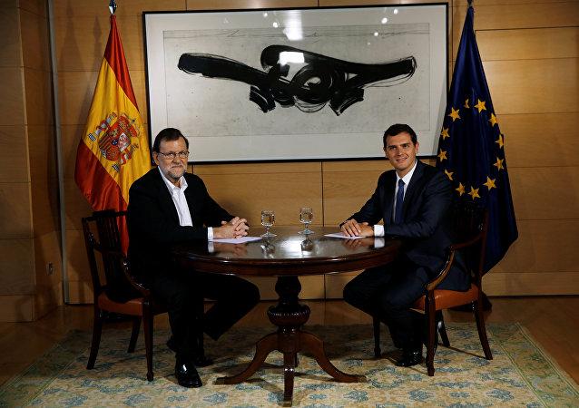El presidente del Gobierno en funciones, Mariano Rajoy, y el líder del partido español Ciudadanos, Albert Rivera (archivo)