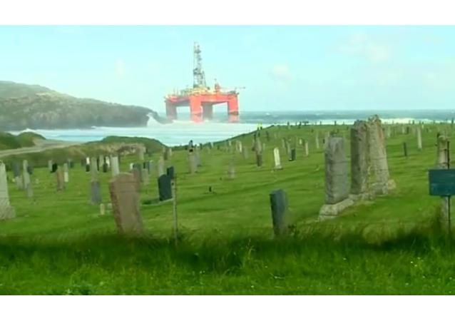 Plataforma petrolífera arrastrada a la costa escocesa, 8 de agosto 2016