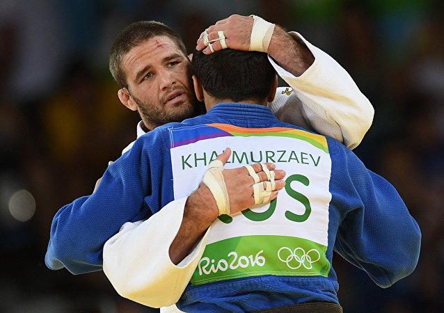 Travis Stevens y Hasán Halmurzaev después de que el partido final del torneo masculino de judo en la categoría de hasta 81kg en los JJOO de Río 2016.