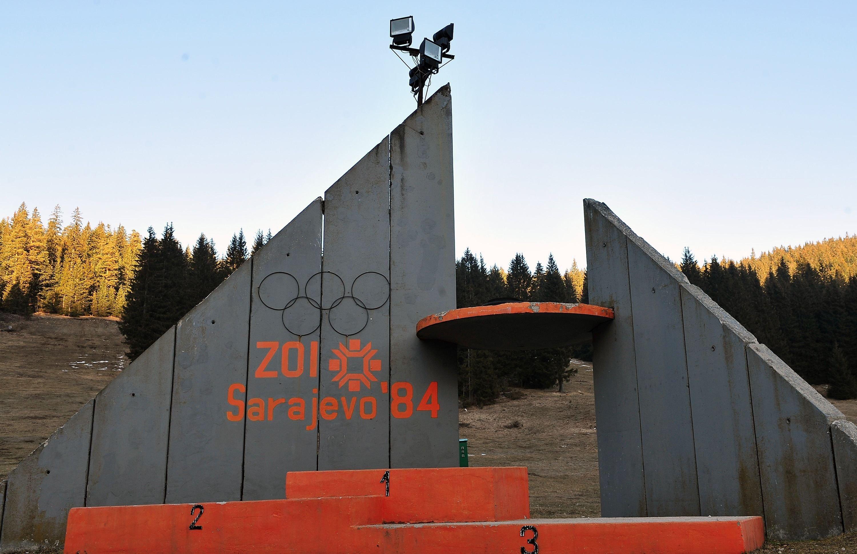 El pódium en la plataforma de saltos de trampolín, en Sarajevo. Juegos Olímpicos de invierno de 1984.