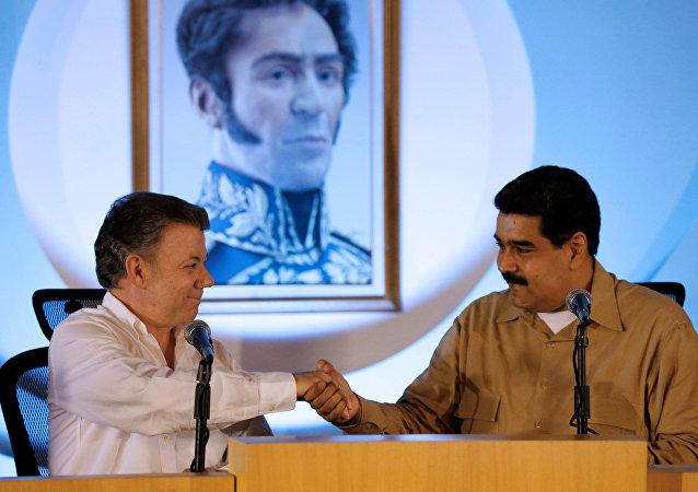 Los presidentes de Venezuela, Nicolás Maduro (D) y de Colombia, Juan Manuel Santos
