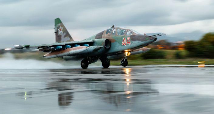 Un avión militar ruso en la base de Hmeymim, Siria