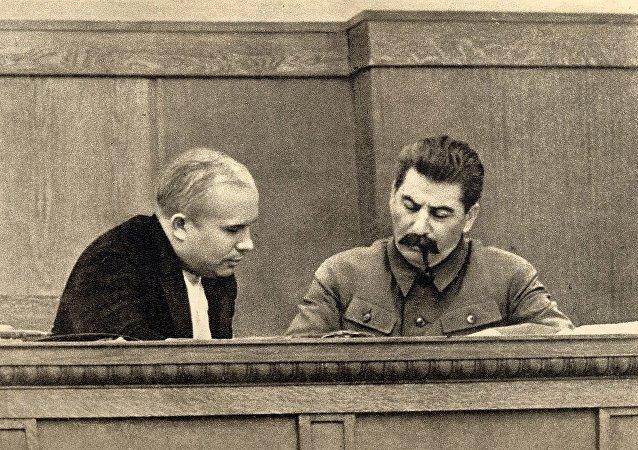 Nikita Krushov e Iósif Stalin