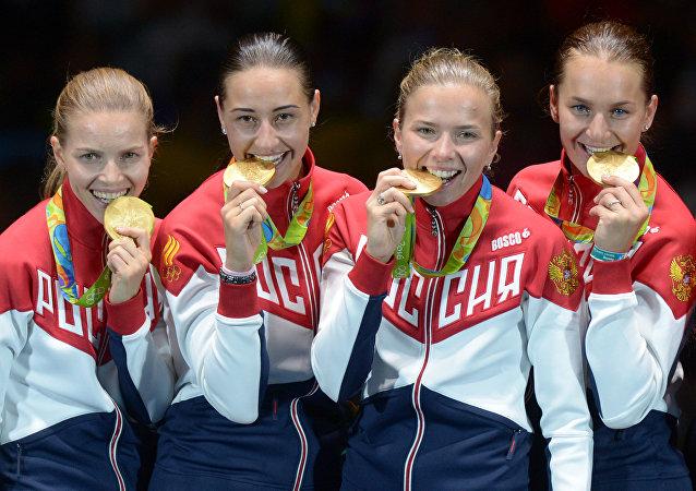 Equipo femenino ruso de esgrima ganó oro en la competición por equipos en los Juegos Olímpicos de Río 2016, de izquierda a derecha: Ekaterina Dyachenko, Yana Egoryan, Julia Gavrilova y Sofía Velikaya.