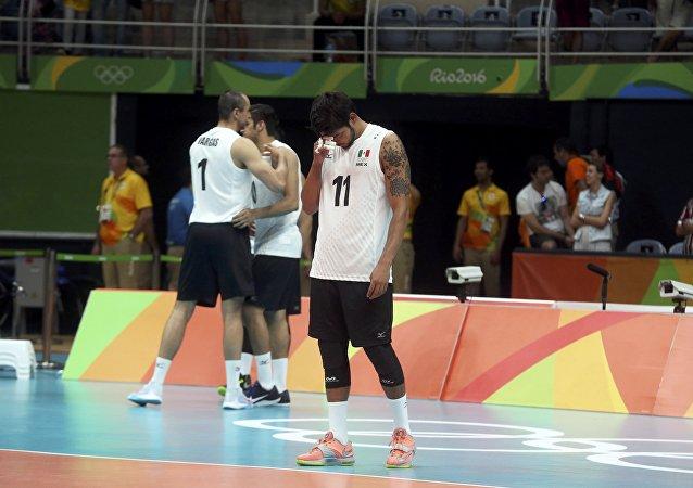 Deportistas mexicanos tras perder un partido de voleibol