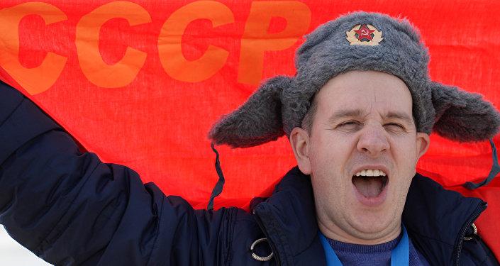 Un hombre con una bandera roja que dice 'URSS'