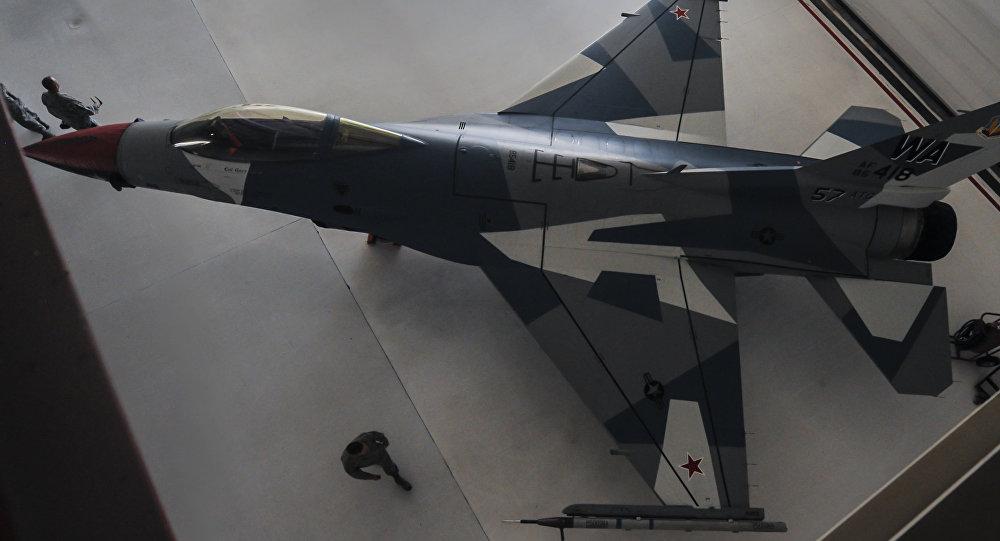 F-16 disfrazado como un caza ruso Su-35