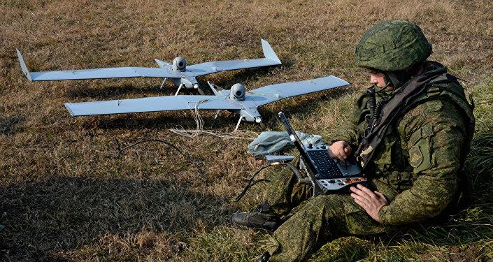 Militares rusos trabajando con drones
