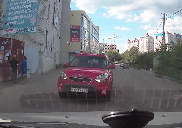 Dos jóvenes de la ciudad rusa de Vorónezh protagonizaron un desagradable incidente de tráfico