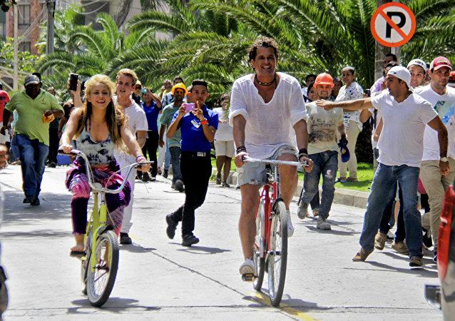 Shakira y Carlos Vives en la grabación del clip de La Bicicleta
