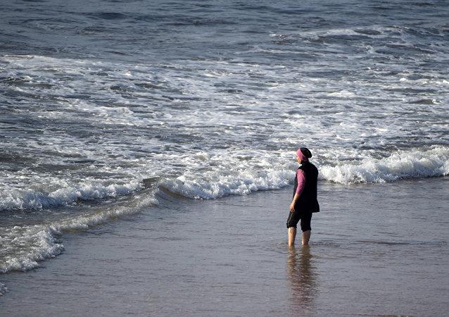 Una mujer en burkini