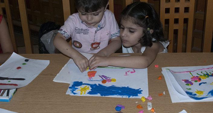 Las clases gratuitas de artes plásticas para niños en Siria