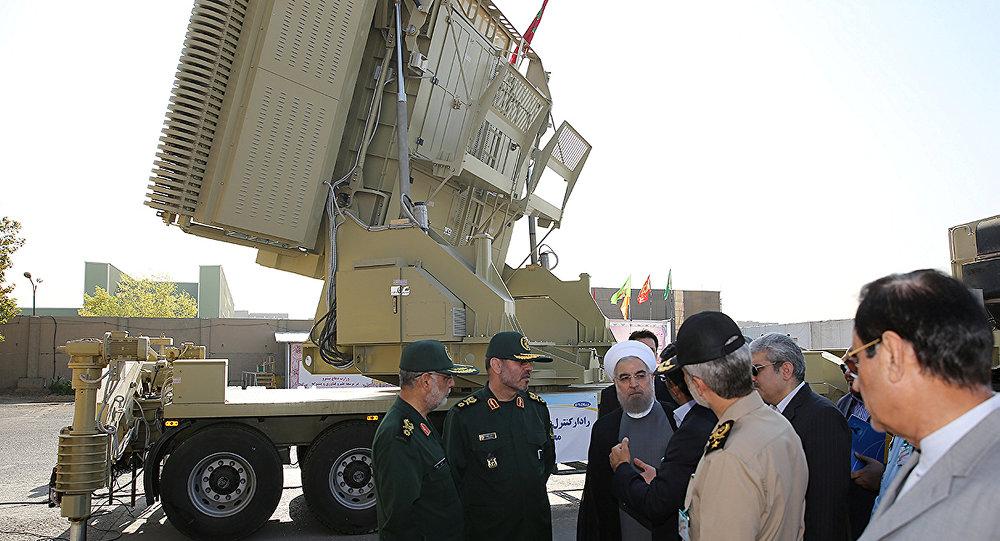 El presidente de Irán, Hasán Rohani y el ministro de Defensa de Irán, Husein Dehgan en la inauguración del Bavar-373
