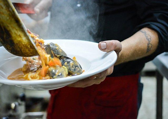 Un chef sirve el plato (ilustración)