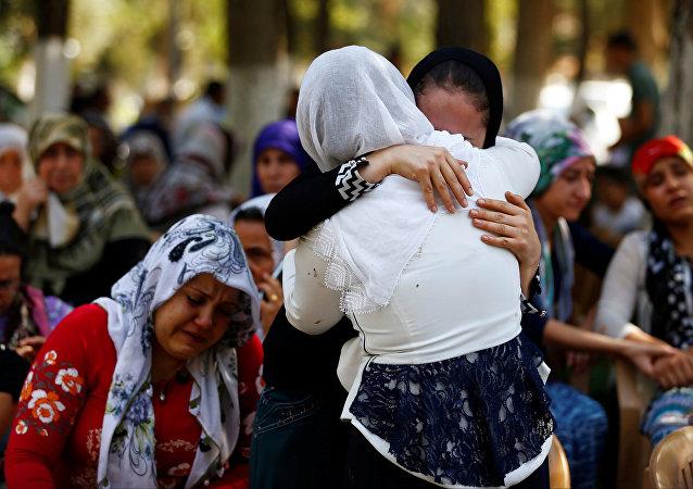 Las mujeres enfrente de la morgue en la ciudad turca de Gaziantep tras el atentado