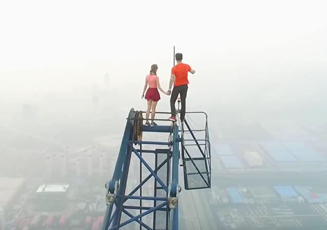 Pareja rusa adicta a los selfis de riesgo conquista un rascacielos en China