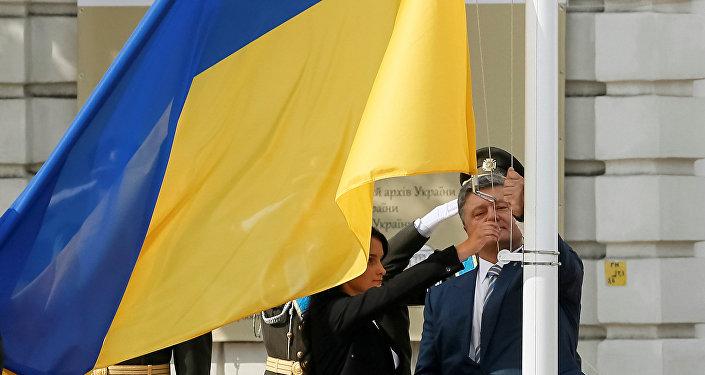 El presidente de Ucrania, Petró Poroshenko en la ceremonia de izamiento de la bandera nacional