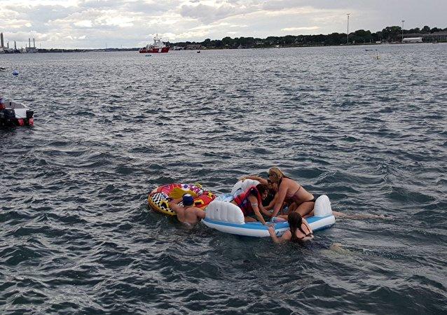 Los equipos de rescate canadienses sacan a los norteamericanos del río Saint Clair