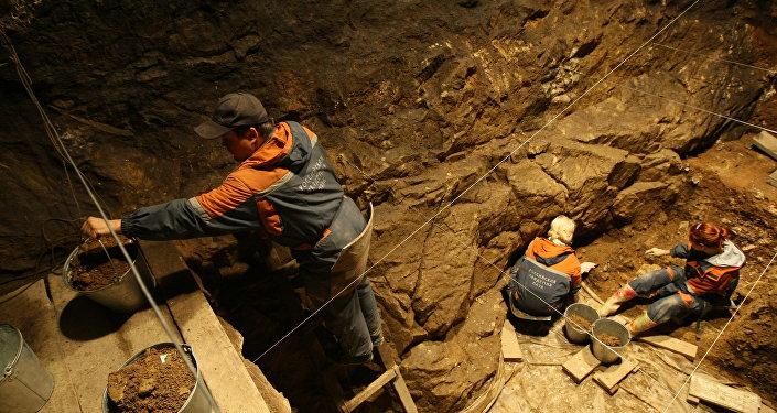 Investigadores del Instituto de Arqueología y Etnografía de la filial de la Academia de Ciencias de Rusia en Siberia están trabajando en una de las galerías de la cueva de Denísova