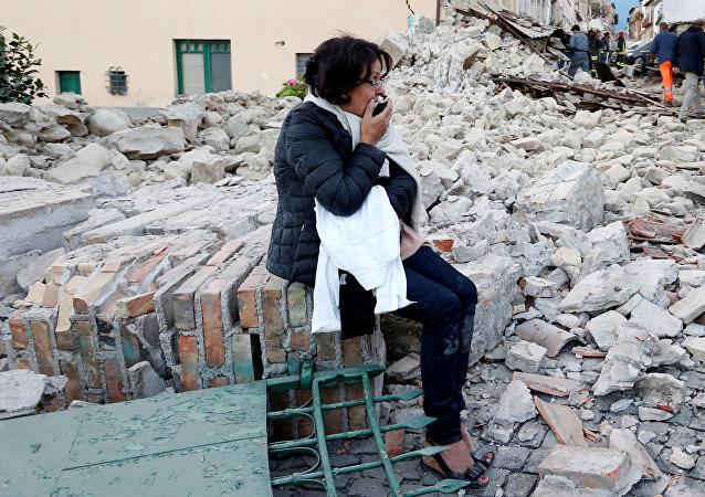 Una mujer tras el sismo en Amatrice, Italia