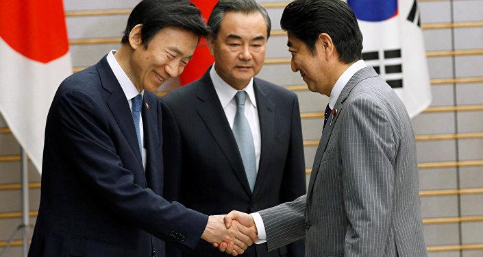 El primer ministro japonés, Shinzo Abe, el canciller surcoreano, Yun Byung-se y el canciller chino, Wang Yu