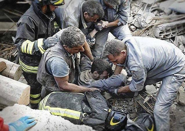 Equipo de rescate tras el terremoto en Amatrice, Italia