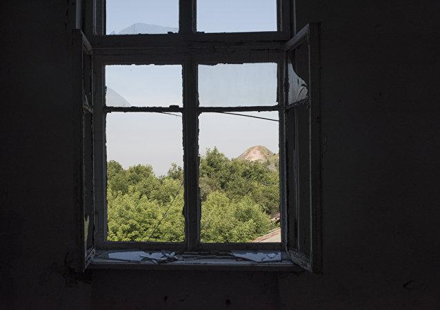 La ventana en una de las casas en Donbás, Ucrania