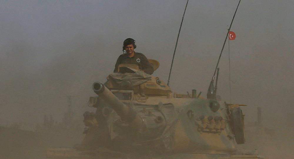 Un tanque del ejército turco se dirige hacia la frontera turco-siria