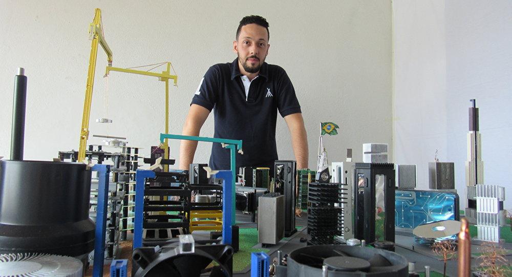 Rafael dos Santos Silva y su maqueta hecha de basura electrónica