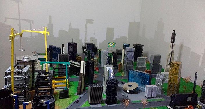 La maqueta creada por Rafael dos Santos Silva con basura electrónica