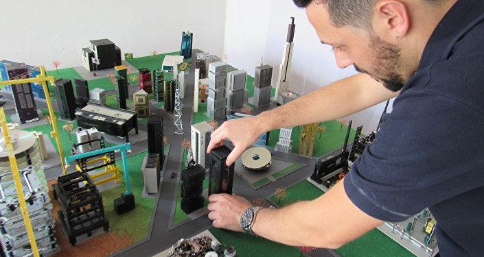 Rafael dos Santos Silva trabajando en su maqueta